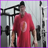 Aos 62 anos, ele pesa 150 quilos e parece um monstro