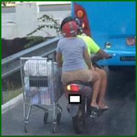 Um jeito diferenciado de carregar uma compra de moto